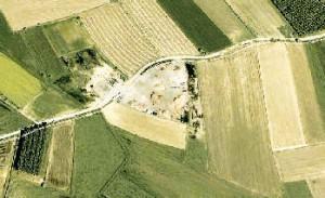 Una veduta aerea dell'area in cui verrà stoccato il legname in via permanente. Sotto: il sindaco Bruno Petiti.