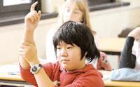 Giovanissimo studente orientale a scuola
