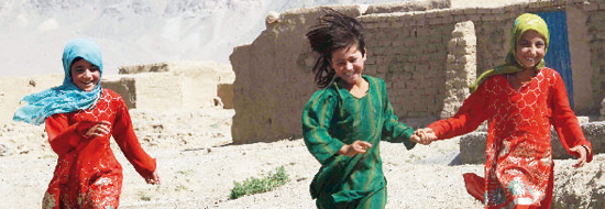 Kabul: bambine corrono, felici