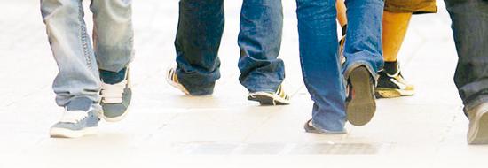 Giovani a piedi