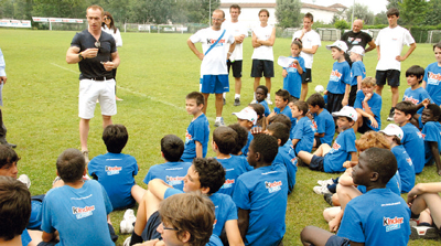 Juri Chechi con i bambini del Kinder+Sport camp