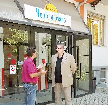 L'assessore Alberto Rizzo (a destra) all'ingresso della casa di riposo.