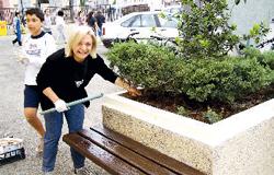 Volontari puliscono la città