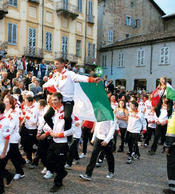 La squadra italiana sfila festosa per le vie di Alba