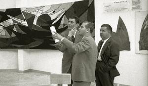 """Beppe Fenoglio, Francesco Morra e Ugo Cerrato fotografati da Aldo Agnelli a una mostra d'arte a """"Italia '61""""."""