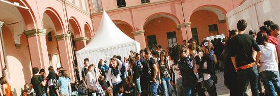 La protesta dei ragazzi del Liceo, la primavera scorsa, quando le zecche dei piccioni avevano colonizzato le aule della Maddalena