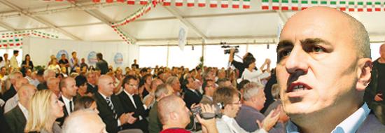 Il pubblico presente a Marene sabato scorso per il primo congresso provinciale del Pdl e il sottosegretario alla difesa Guido Crosetto.