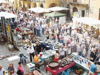 A Cherasco il mercato dell'antiquariato in versione natalizia