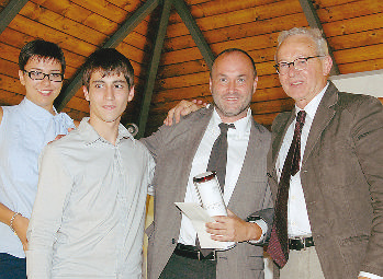 """Colum McCann riceve il premio dai ragazzi che rappresentavano le giurie scolastiche e dal vicepresidente della fondazione """"Bottari Lattes"""", Adolfo Ivaldi."""