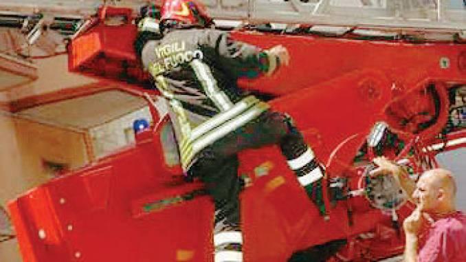 Auto in un garage va a fuoco a Bricco