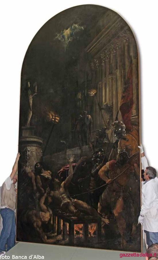 La grande tela al momento del trasferimento presso la Banca d'Alba dopo la prima fase di lavoro