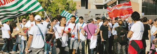 La gente in piazza per Miroglio