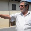 Cesare Vacchetto indica i pericoli e le moto che sfrecciano sulla provinciale Alba-Benevello