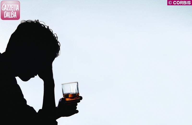 alcolismo vino bicchiere