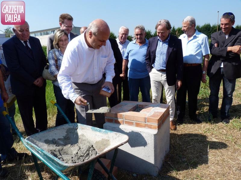 Il sindaco di Alba Maurizio Marello posa la prima pietra della nuova sede dell'Avis