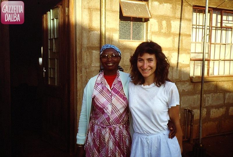 La mwalimu (la maestra) Cecilia con Maria Teresa, in una foto di alcuni anni fa.