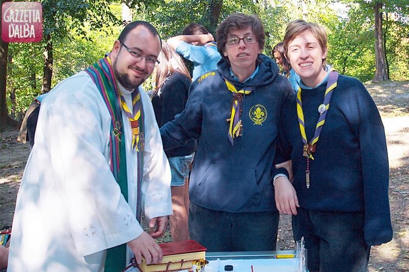 Don Emiliano Rabellino, insieme a due scout, durante un campo di quest'estate