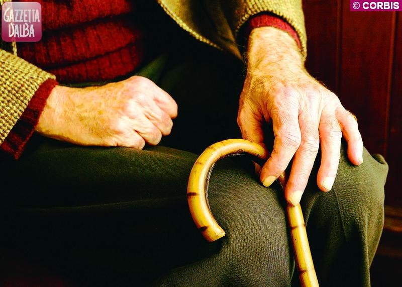 Madre anziana muore in casa, il figlio la veglia per tre giorni