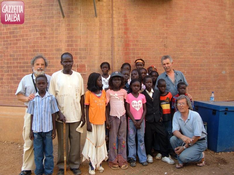 Pier Luigi Bertola, il fratello Giancarlo e Piergabriele Riccio con i bambini dai Comboniani a Khartoum