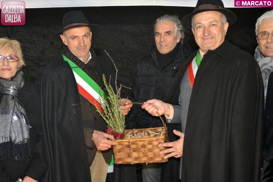 A sinistra il sindaco di Castagnito Pier Felice Isnardi, a destra quello di Guarene, Comune promotore della manifestazione, Franco Artusio