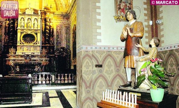 La cappella di San Teobaldo con, a destra, la statua lignea commissionata nel 1934 dal vescovo di Alba mons. Luigi Maria Grassi