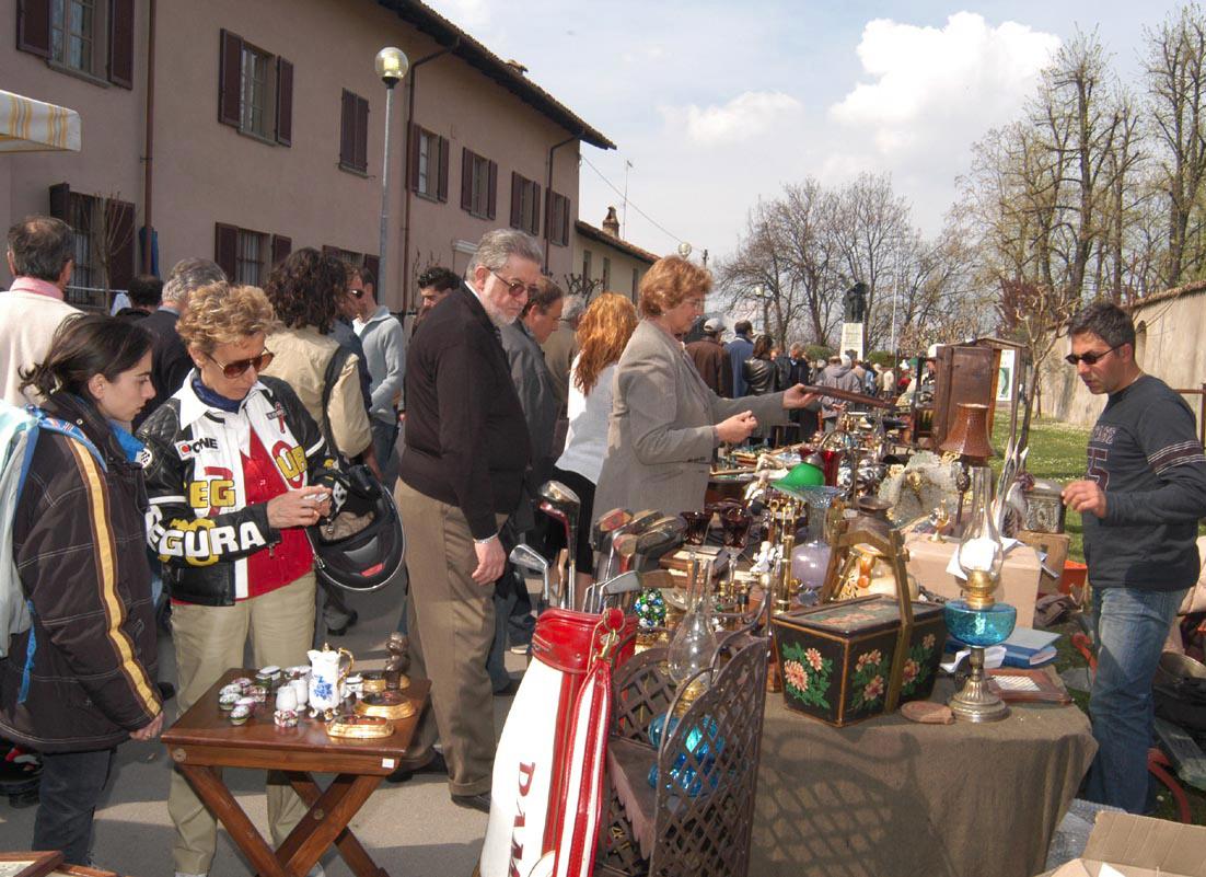 Cherasco: il mercato dell'antiquariato ha raggiunto quota cento