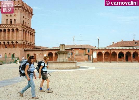 Anna Rastello, torinese, ed Enrica Cremonesi in cammino a Pollenzo.