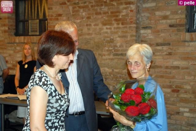 L'assessore Giuliana Borsa e il sindaco Franco Artusio mentre consegnano alla vedova di Ferrero, signora Maria, un mazzo di rose.