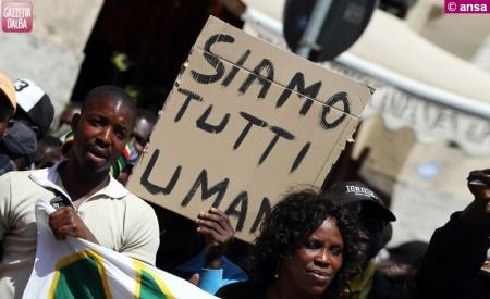 Protesta dei 54 richiedenti asilo di La Morra, chiedono cibo, farmaci e di raggiungere Alba per studiare l'italiano