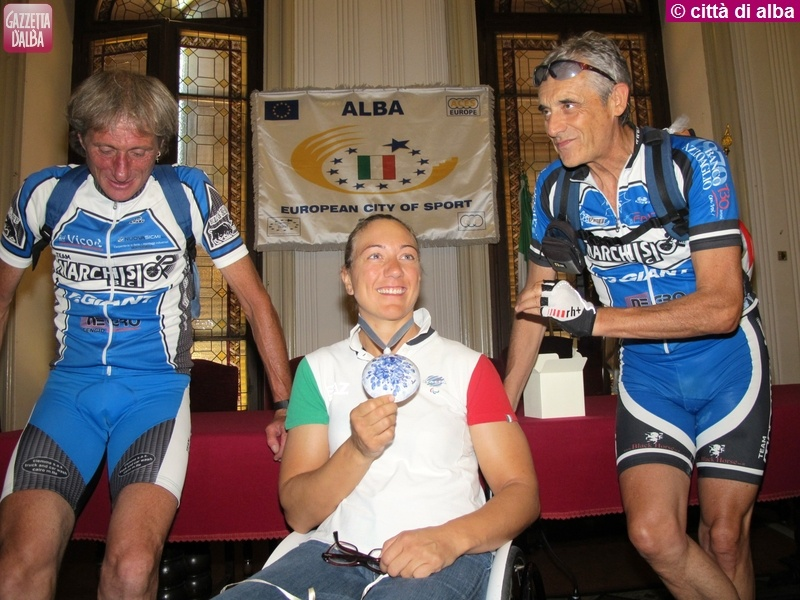 9 ago 2013 ciclisti premiano Francesca Fenocchio (2)