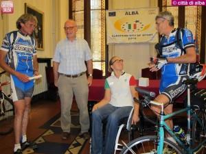 9 ago 2013 ciclisti premiano Francesca Fenocchio