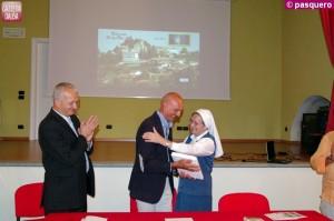 consegna libro Castagnito a suor Teresa