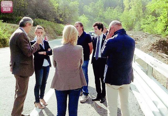 I sindaci di Dogliani e Monforte, la presidente Gancia e i tecnici intervenuti all'inaugurazione.