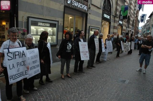 La manifestazione delle Donne in nero contro la guerra ad Alba il 28 settembre 2013.