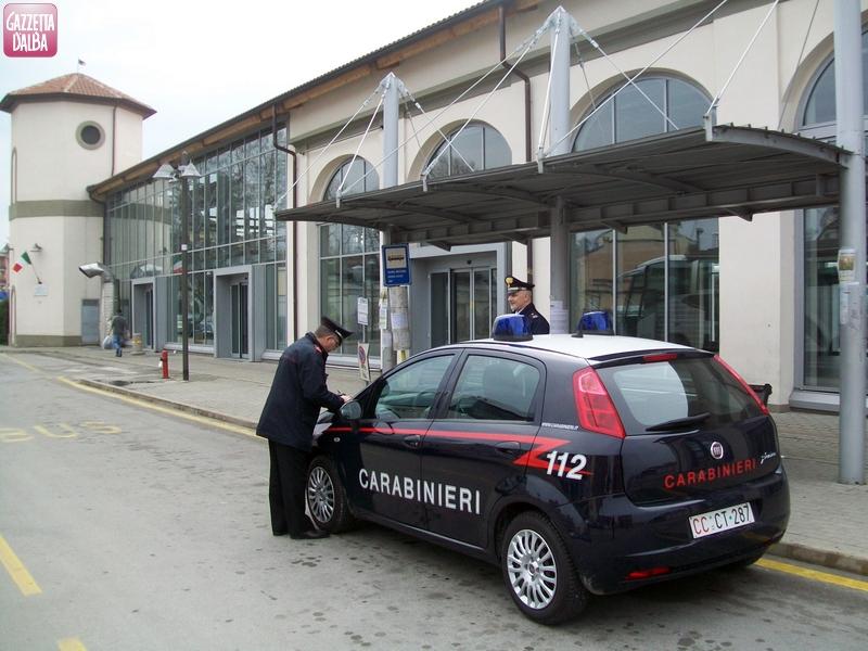 Ubriaco e drogato aggredisce passanti e forze dell'ordine nella stazione ferroviaria di Bra