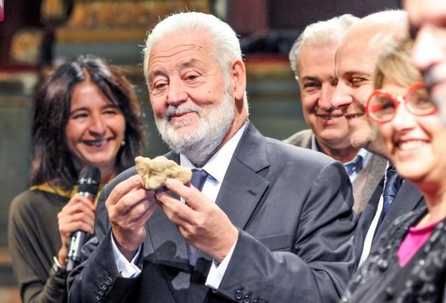 Vicente Gonzàlez Loscertales, segretario generale dell'Ufficio internazionale delle Esposizioni universali riceve il Tartufo dell'anno (foto Stefania Spadoni)