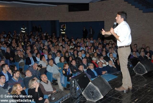 Matteo Renzi sul palco del Sociale di Alba nell'ottobre 2012.