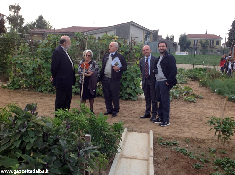 Sindaco e amministratori comunali con il presidente di Slow Food Carlo Petrini in visita a un orto urbano.