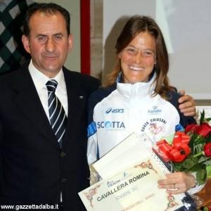 Romina Cavallera premiata dal suo allenatore, nonché vicepresidente regionale Fidal, Mauro Riba.