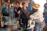 Le albesi si cimentano a cuocere la polenta di mais