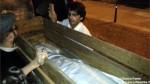 La mummia egizia al momento dell'arrivo ad Alba.