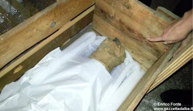 I piedi della mummia in mostra ad Alba.
