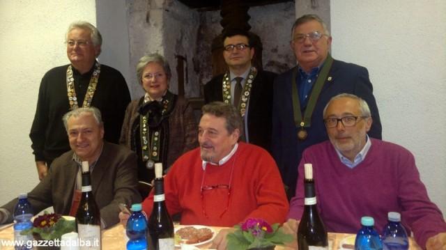 Da sinistra: il presidente dell'Ente Fiera Antonio Degiacomi, al centro il sindaco di Norcia Gian Paolo Stefanelli, alle spalle i rappresentanti della Confraternita della Nocciola di Cortemilia.