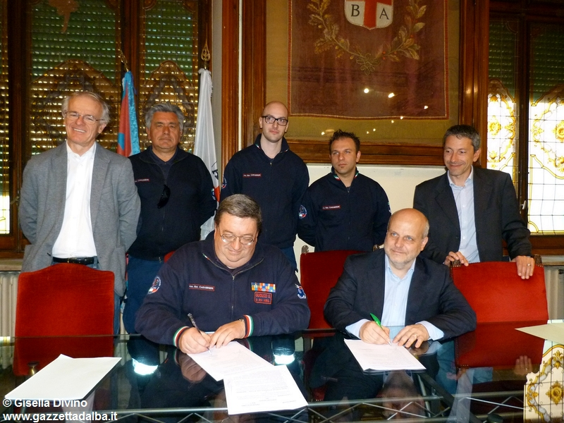 firma-convenzione-comune-associazione-carabinieri-alba-aprile2014