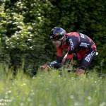 Giro d'Italia, la Barbaresco-Barolo parla colombiano. Diego Rosa riceve l'abbraccio dei tifosi