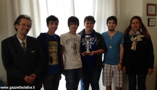 La professoressa Marisio, la squadra di scacchi del Cocito e il preside Bruno Gabetti.