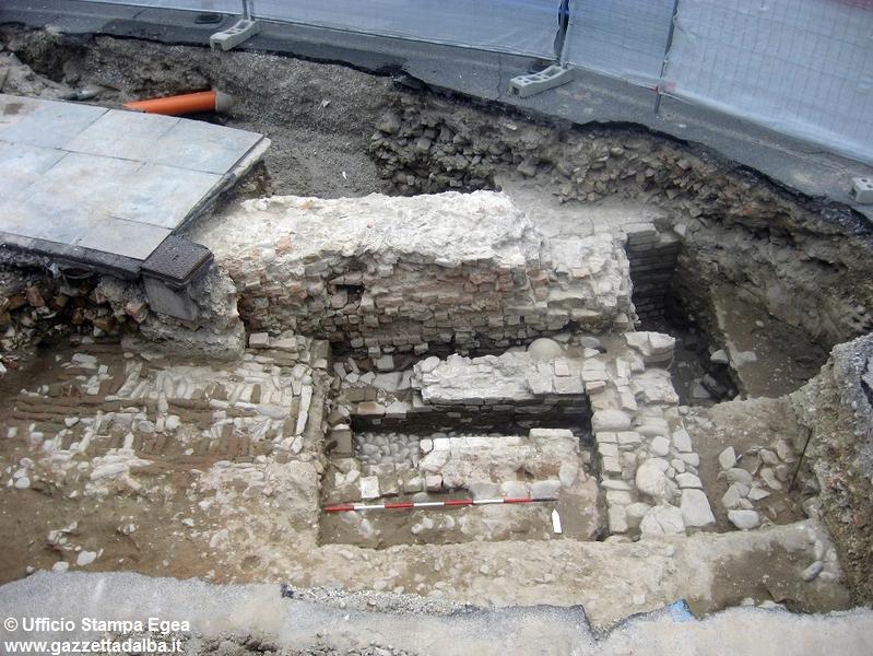 ritrovamenti-medievali-egea-piazza-grassi-alba-luglio2014
