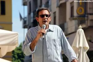 Il consigliere albese del Movimento 5 stelle Ivano Martinetti in un comizio elettorale.