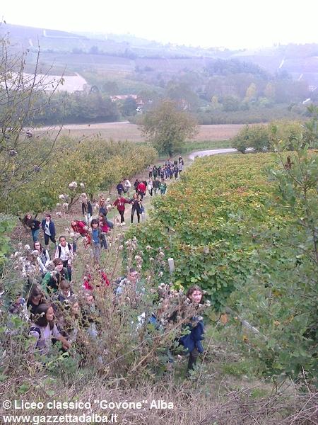 studenti-liceo-govone-alba-sentieri-fenogliani-ottobre2014