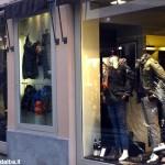 Alba, nella notte spaccata una vetrina in via Maestra